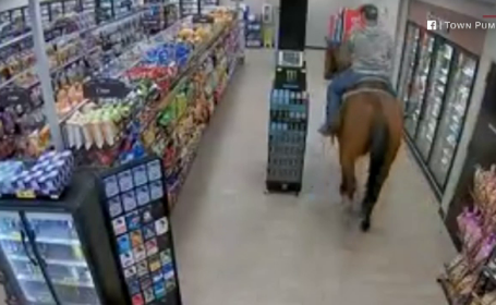 Un american a intrat călare într-o benzinărie, pentru cumpărături. Reacția proprietarului