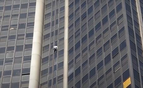 VIDEO. Un tânăr a urcat fără protecție pe Turnul Montparnasse din Paris, înalt de 210 metri