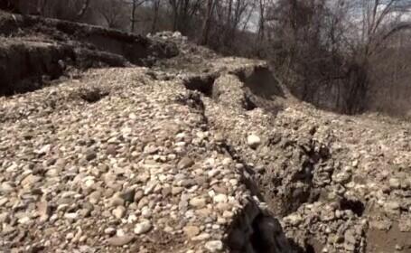 Drumuri distruse de alunecările de teren, în Prahova. Primăriile nu au bani să le repare