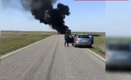 Un camion a luat foc în mers, pe o șosea din Brăila. Șoferul a reușit să împiedice o tragedie