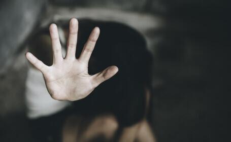 O fată de 12 ani din Dâmbovița a fost violată de doi indivizi pe care i-a cunoscut pe internet