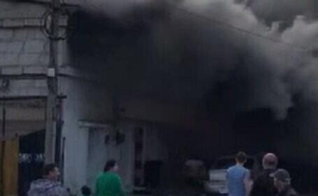 Incendiu violent în Constanța. Un bărbat a fost transportat în stare gravă la spital
