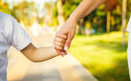 """Părinții care îngrijesc un copil bolnav """"în vârstă de până la 16 ani"""" sunt discriminați. Decizia Curții Constituționale"""