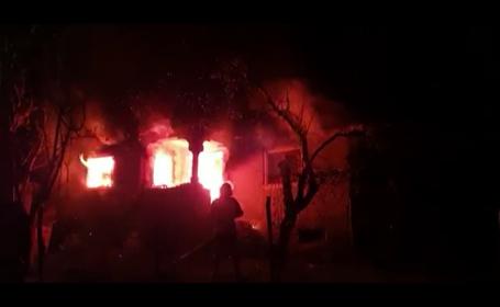 O casă din județul Dâmbovița, distrusă de un incendiu puternic. Locul era greu accesibil pentru pompieri