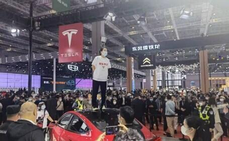 Protestul viral al unei cliente nemulțumite de Tesla, la Shanghai. Reacția companiei lui Elon Musk