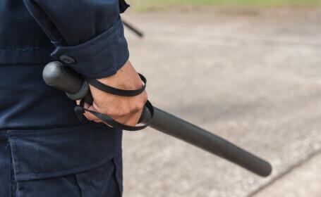 Țara în care poliția îi va bate cu bastoane pe cei care încalcă măsurile de lockdown