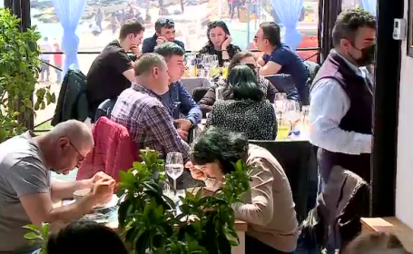Cozi la terase, pe Litoral. Unii au venit din București special pentru peștele din cherhana