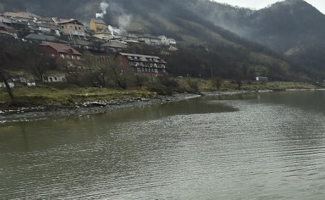 Un copil de trei ani s-a înecat în râul Cerna. Tatăl micuțului a asistat la tragedie