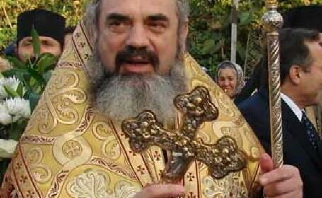 Sute de oameni din Arad au venit la slujba oficiata de Patriarhul Daniel