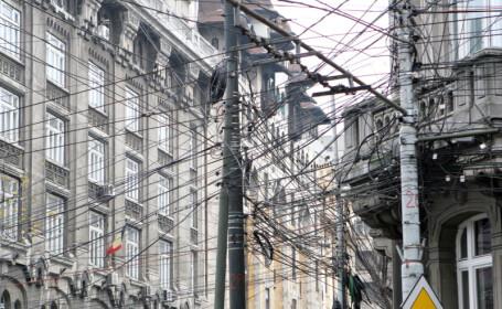 Cablurile de internet au împânzit stâlpii din Bucureşti