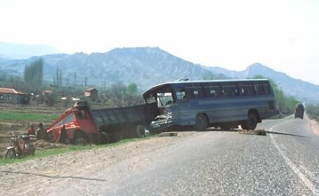Autocar plin cu turişti maghiari implicat într-un accident