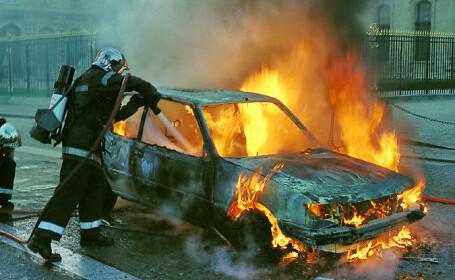 O masina a ars ca o torta in centrul Brailei