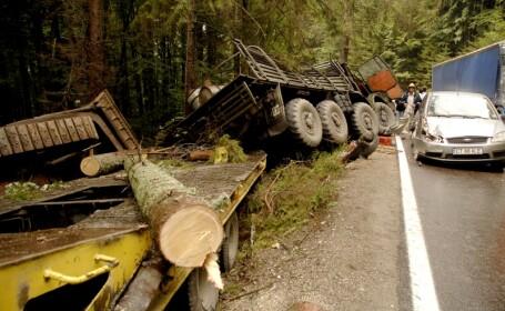 Prapad pe DN1A: un camion militar a ramas fara frane
