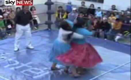 Cholitas te rup in bataie! Partida de wrestling feminin in Bolivia. Video