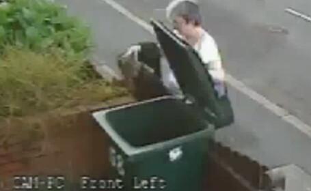 O femeie arunca o pisica la gunoi