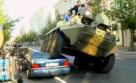 Primarul care rezolva problema parcarii ilegale cu TANCUL. Vezi cum face praf un Mercedes. VIDEO