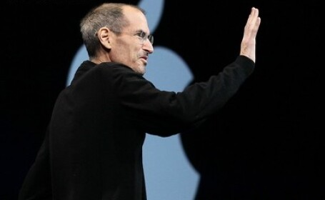 Tatal care l-a dat in adoptie pe Steve Jobs asteapta un (i)Phone de la fiu