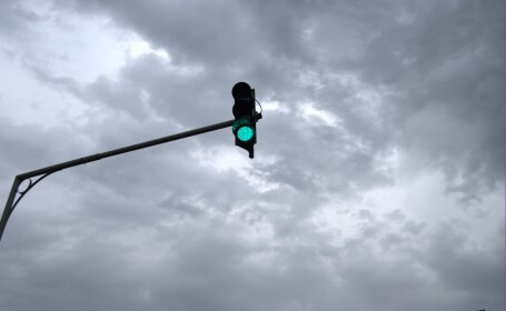 Un semafor care arata verde in loc de rosu a bagat o femeie in spital in Bucuresti