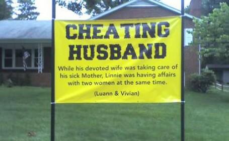 Razbunarea unei femei inselate. Cu ce pancarta s-a trezit sotul in mijlocul curtii