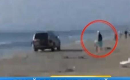 Imaginea tupeului. Ce face aceasta soferita pe o plaja din Mamaia, la volanul unei masini de teren