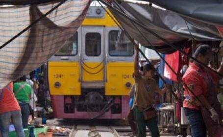 Cea mai periculoasa piata din lume. Locul prin care trenul trece de opt ori pe zi. VIDEO