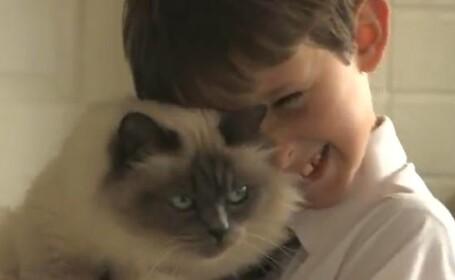 Un baiat din Marea Britanie a fost invatat sa vorbeasca de o pisica. VIDEO
