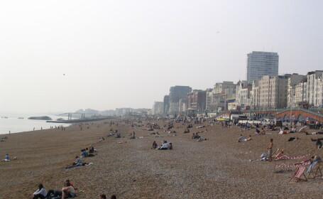 Ce face un cuplu pe plaja, in plina zi, in timp ce mai multe persoane priveau. \