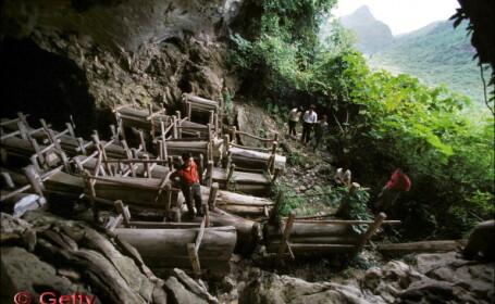 Traditia ciudata a unor sateni din China: mii de sicrie lasate la putrezit in pesteri