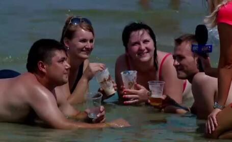 Weekendul cu 200.000 de turisti pe litoral. Cine n-a prins loc pe plaja s-a intins direct in apa