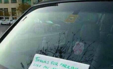 Mesajul gasit pe parbriz de un sofer care a ocupat doua locuri de parcare. FOTO