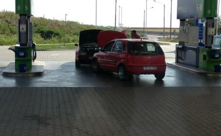 Unde au fost fotografiati doi soferi din Romania in timp ce incarcau bateria uneia dintre masini