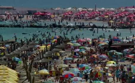 Turistii au stat la o coada uriasa pentru a sta pe plaja langa gunoaie. \