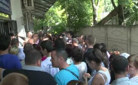 Situatii umilitoare la Galati, unde oamenii se calca in picioare la buletine: \