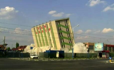 Probleme dupa demolarea unei fabrici de paine din Craiova. Doua masini au fost avariate de moloz