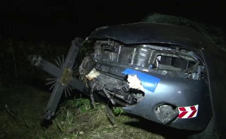 Accident in lant langa Bacau dupa ce un sofer a adormit la volan. O masina s-a oprit intr-o cruce de pe marginea drumului