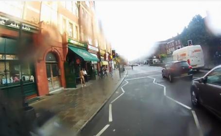 Moment bizar in Marea Britanie. Ce a filmat un barbat se plimba cu bicicleta pe o strada din Londra