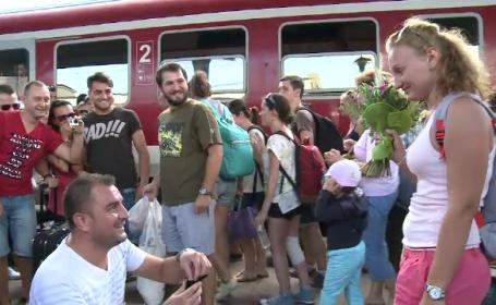 A cerut-o de sotie in mijlocul peronului din Gara de Nord. Surpriza emotionanta printre sute de calatori. VIDEO