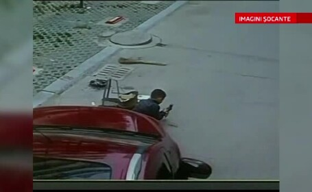 O masina trece peste un copil care se joaca in mjilocul strazii, insa acesta scapa cu viata, ca prin minune