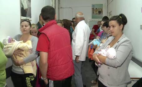 Haos in spitalele din Arad dupa criza vaccinului impotriva tuberculozei. Parintii s-au inghesuit sa-si imunizeze copiii