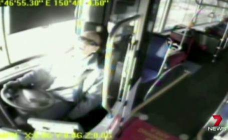 Imagini camera de supraveghere. Un sofer de autobuz fumeaza marijuana si adoarme la volan
