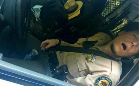 Un politist a fost prins dormind in timpul serviciului. Ce au gasit langa el a fost si mai grav