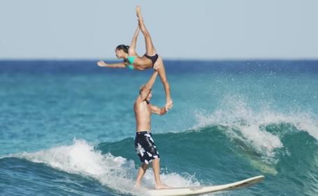 Ce fac doi gimnasti pe o placa de surf, mai spectaculos decat orice competitie sportiva. Videoclipul care iti taie rasuflarea