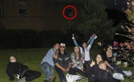 Acesti tineri au facut o poza de grup, dar ce-au vazut in imagine i-a ingrozit. Detaliul infricosator pe care l-au observat
