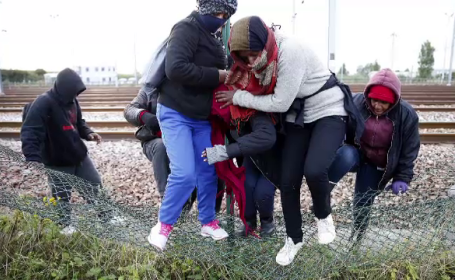 Criza din Eurotunel. Imigrantii isi risca viata fara ezitare pentru a ajunge in Marea Britanie, privita ca un \