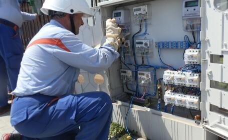 electrician Enel monteaza un contor inteligent