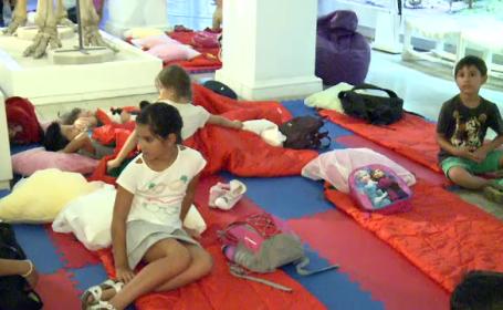 25 de copii au avut parte de o noapte pe care nu o vor uita curand. Au dormit la Muzeul Antipa printre dinozauri si mamuti