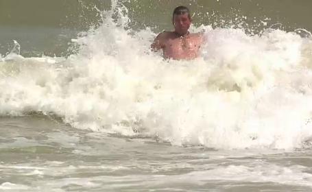 Imagini dramatice la Neptun. Tanar luat de valurile marii, salvat in ultimul moment de salvamari si turisti