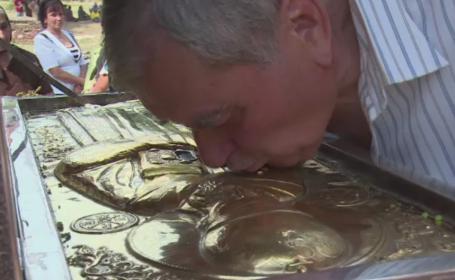 Mii de credinciosi au infruntat canicula la Targoviste pentru a se inchina la moastele Sfantului Ierarh Nifon