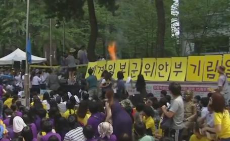 Un barbat de 81 de ani si-a dat foc in fata Ambasadei Japoniei la Seul, in timpul unei demonstratii. Momentul a fost filmat