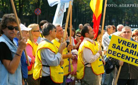 Protest organizat de sindicatul 'Spiru Haret', filiala Timis, in fata Prefecturii Timis